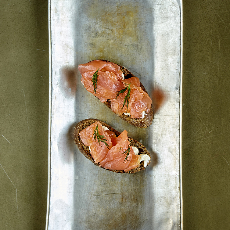 Pane Rexcorn, salmone del fiordo affumicato a freddo, burro bio, aneto