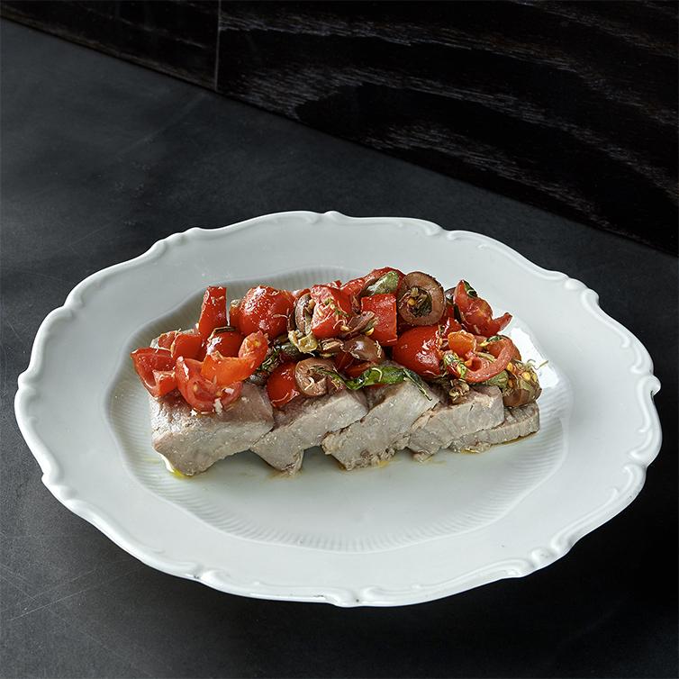 Ventresca di tonno in olio cottura, datterino, olive leccino, capperi di pantelleria