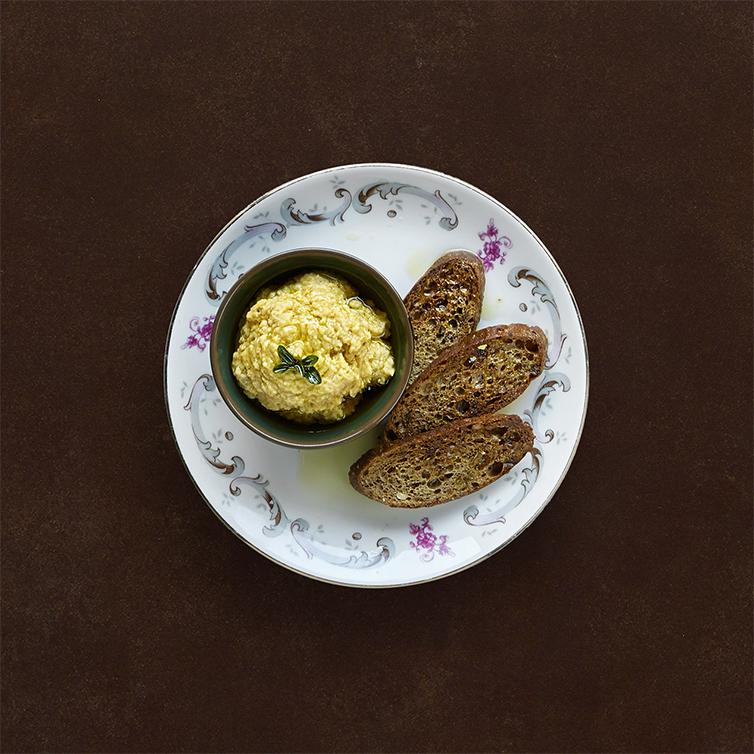 Hummus di ceci tostati, crostini di pane artigianale